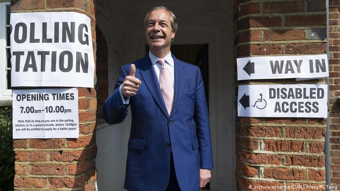 Nigel Farage gives a thumbs-up gesture after casting his vote in Biggin Hill; Thursday, May 23, 2019. (picture-alliance/ZUMA Press/R. Tang)